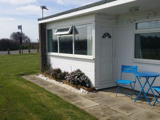 Chalet Sunbeach Holiday Home with shared  pool, Great Yarmouth