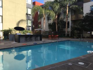 Luxury Hollywood 1-Bedroom with Balcony and Pool, West Hollywood