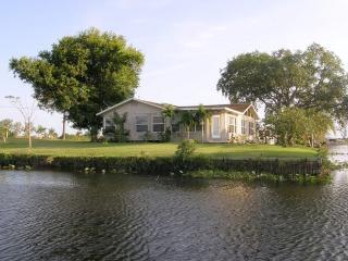 Moorhaven.  Lake and Riverfront Fishing Paradise , Sleeps 6, Moore Haven