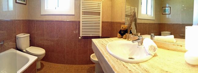 Baño principal en primera planta, con bañera y bidet.