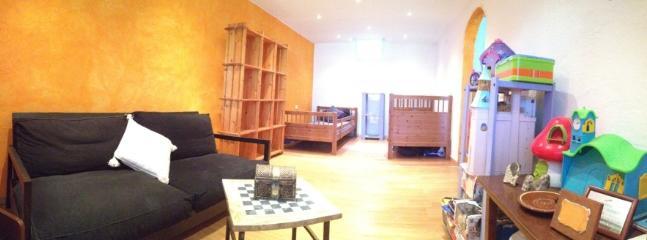 Sala de juegos y habitación doble con salida al jardín privado.