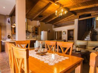 vista del salon, sala de estar y cocina de la casa
