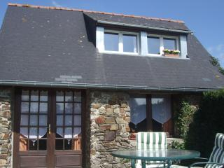 Old stone cottage for two.  Romantic, shabby chic decor, private deck in garden., Thury-Harcourt