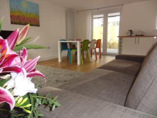 Camana, A Modern Stunning Family Home in Carbis Bay, Sea Glimpses, Parking, Wifi