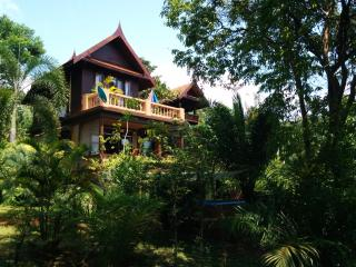 3 double bed Thai Villa, sleeps 8, A/C, garden, BBQ, TV, Wifi, pool, kitchen, Koh Mak