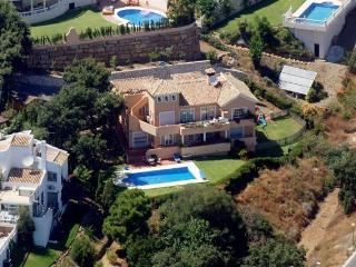 Family Villa Sea Views Large Pool and Jacuzzi, Sitio de Calahonda