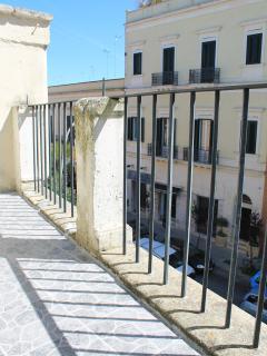 giardino liv.3: solarium con veduta panoramica su Porta S.Biagio, viale Lo Re e fontana dell'armoni