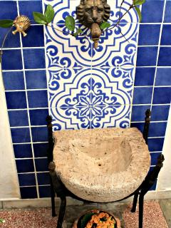 .. particolare rifinitura fontana salentina, con tipica ''pila'' ..