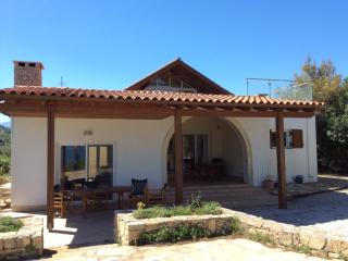 Kera Villa spacious home by the sea + super pool