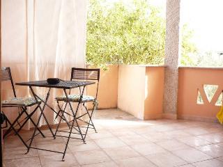 Grazioso appartamento San Teodoro con giardino BBQ