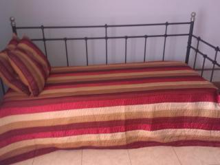 el sofa cama se puede usar como una cama individual como se ve en esta foto