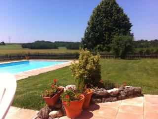 Secluded Farmhouse in Fantastic setting., Saint-Meard-de-Gurcon
