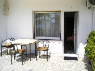 Apartment Novi with large terrace and AC, Novi Vinodolski