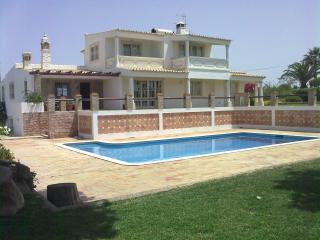 Great 4 Bedroom villa, swiming pool and internet, Guia