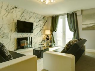 WHICKHAM APARTMENT with JACUZZI SPA BATH, Newquay