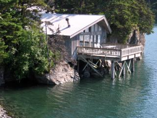 Alaska Dancing Eagles Vacation Cabin Rental, Seldovia