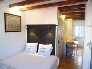 MOURARIA II, centrally-located studio & view, Lisboa