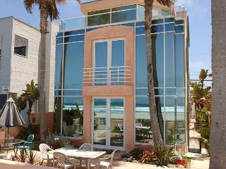 Majestic oceanfront home- BBQ, private patio, jacuzzi tub, w/d