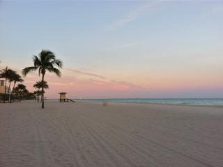 Hollywood Beach Getaway -steps to beach & broadwalk