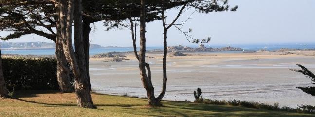 Vue sur la côte d'Emeraude à marée basse.