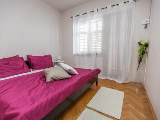 Room 3 (2+0), Stanici