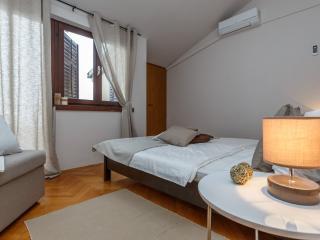 Room 4 (2+0), Stanici