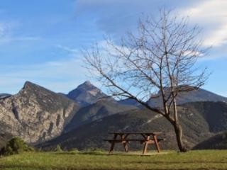 La mesa del cerezo, a pocos metros, permite disfrutar de un picnic con vista al valle