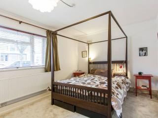 Peaceful garden flat, nice location, London