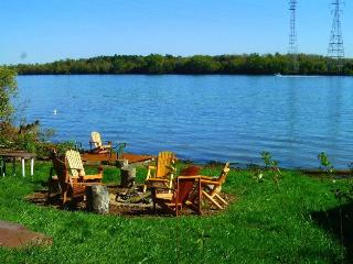 HISTORIC NIAGARA RIVER COTTAGE ON THE RIVER - Near Niagara Falls 5 BR - 2 Bath