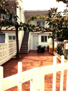 El patio del bungalow desde la perspectiva de la puerta de acceso