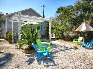 """Cute """"Key West Style"""" Cottage Steps to the Beach!, Fort Myers Beach"""
