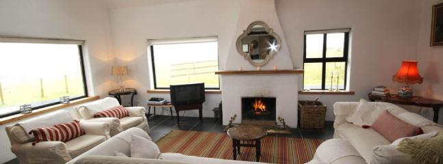 Aunty Bo's - Beautiful spacious home, close to town, pet friendly & views of