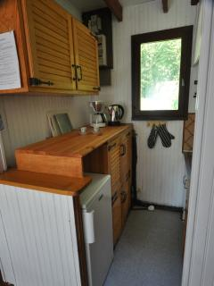 Kitchen has 4 cooking points, microwave/oven, coffee machine, etc.