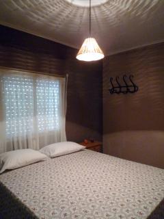 Dormitorio con una cama de matrimonio.