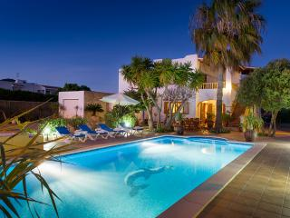Modern VIlla in Ibiza town at only 20m walking from the beach **8/10 pax**