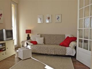 Modern, light 2 bedroom apartment in walking distance for the Palais and old