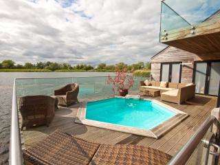Malachite, Waters Edge 10 - 4 bedroom lakeside lodge with a plunge pool
