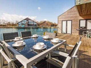 The Hares, Waters Edge 16 - 4 bedroom lakeside lodge in the Cotswolds