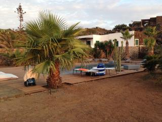 Beautiful typical dammuso with pool in Pantelleria