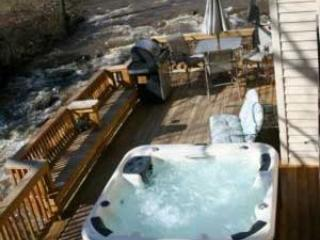 3Br HOT TUB 20ft above River, FIRE PLACE, GAMEROOM, Bat Cave