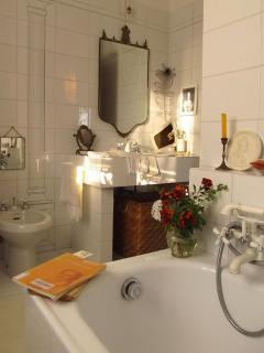 La stanza da bagno privata, completa di vasca!