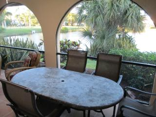 Tranquil lake view townhouse, 3 miles to the beach, Bonita Springs