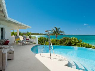 On the westward starting point of Grace Bay, this beachfront villa, with excellent swimming a 5 minute walk from the property, obviously gives way to breathtaking views. TNC TUR
