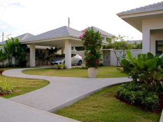 Beautifully landscaped garden with sandwashed pathway by Thai Garden Design