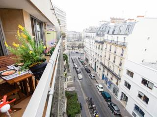 Ideal location next to Bastille, Le Marais and Gare de Lyon. Balcony view to Bassin de l'Arsenal.