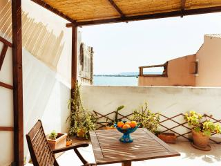 Charming apartment with terrace and sea view, Syrakus