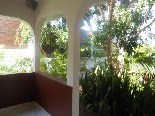 terrasse couverte, ventilée,  avec végétation luxuriante
