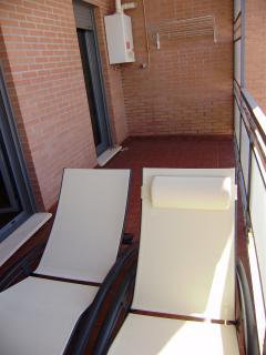 amplia terraza con sol desde mediodía