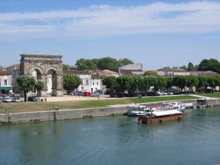 BEL APPARTEMENT PLEIN CENTRE VILLE DE SAINTES, Saintes