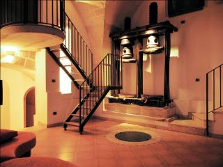 Rustic house w air-con and courtyard, Surano
